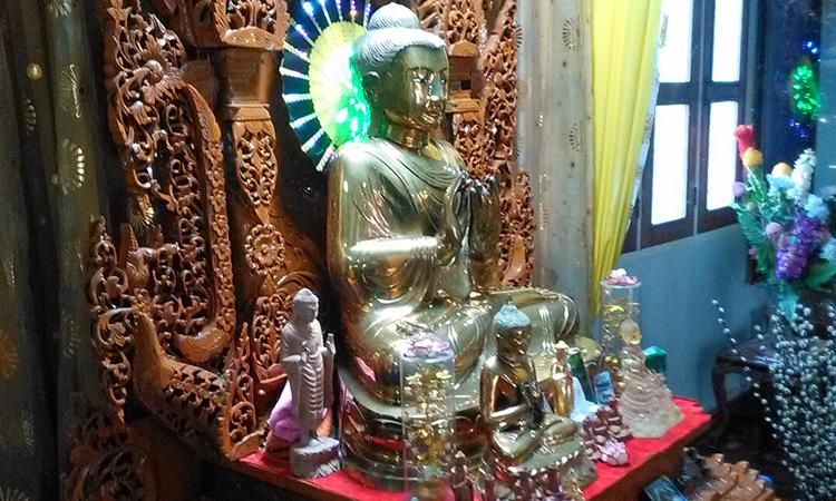 Statue de Bouddha dans le monastère Shwe Oo Min Dhamma Sukha près de Yangon en Birmanie, dirigé par le professeur de méditation Sayadaw U Tejaniya, dans la tradition des moines de la forêt, avec la pratique de la méditation Vipassana.