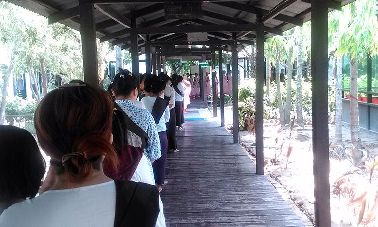 La file d'attente pour aller déjeuner dans le centre de retraite bouddhiste en Birmanie