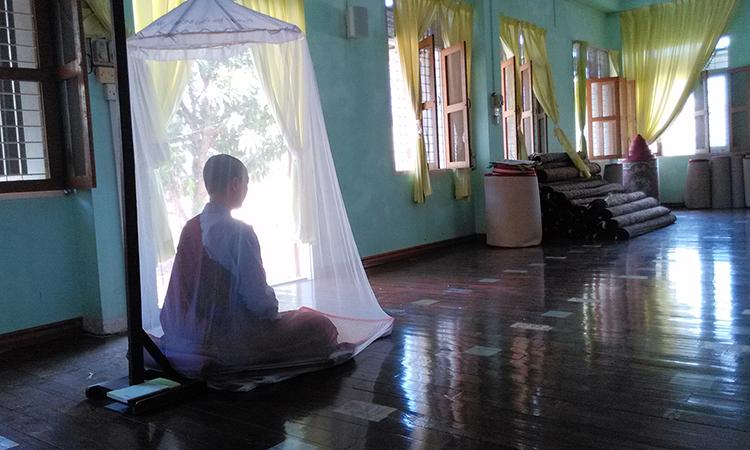 Temps de méditation dans un centre de retraite bouddhiste de la tradition des moines de la forêt en Birmanie