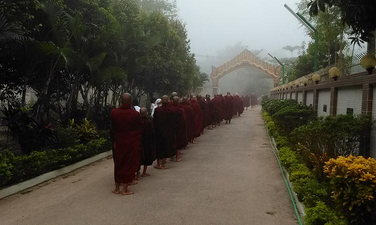 Une journée au monastère dans la tradition des moines de la forêt en Birmanie