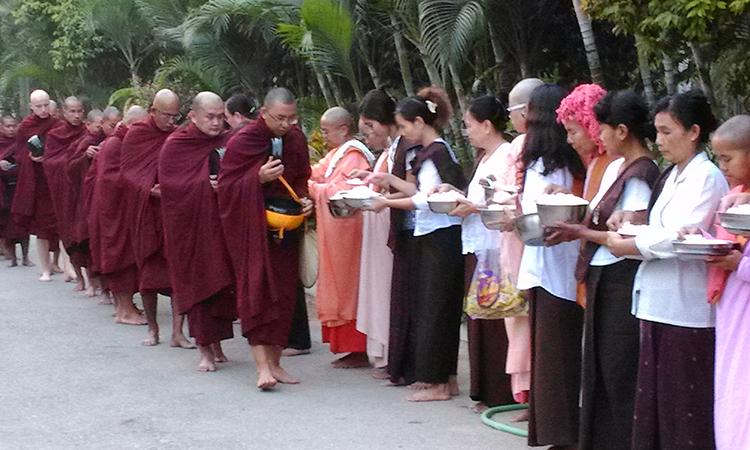 L'aumône des moines. La vie dans un centre de retraite bouddhiste de la tradition des moines de la forêt, en Birmanie.