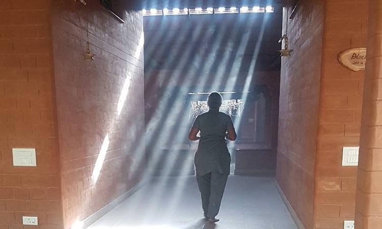 Entrée vers les chambres du centre ayurvédique Vaydagram