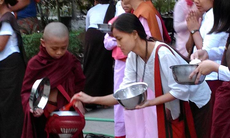 L'aumône des moines. La vie dans un monastère bouddhiste et centre de méditation Vipassana dans la tradition des moines de la forêt, en Birmanie.