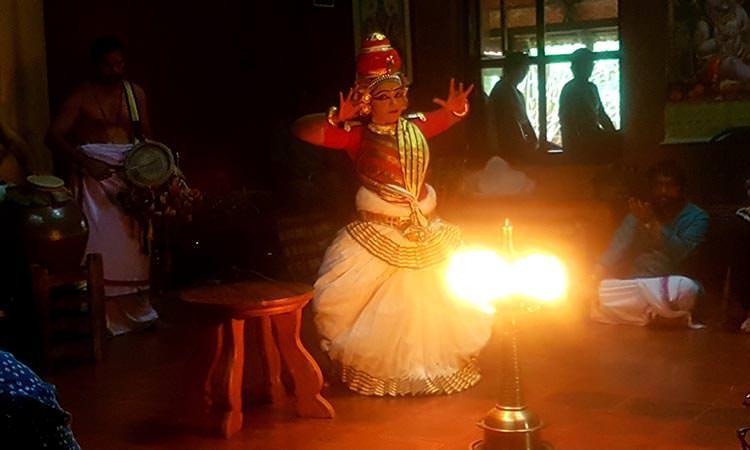 Danses traditionnelles pendant le festival du centre de médecine traditionnelle ayurvédique en Inde