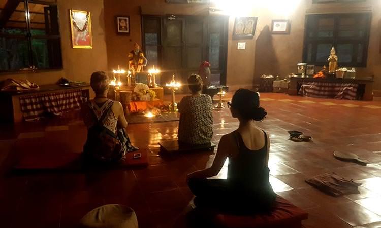 Les temps de prières au Vaidyagrama, a natural healing village