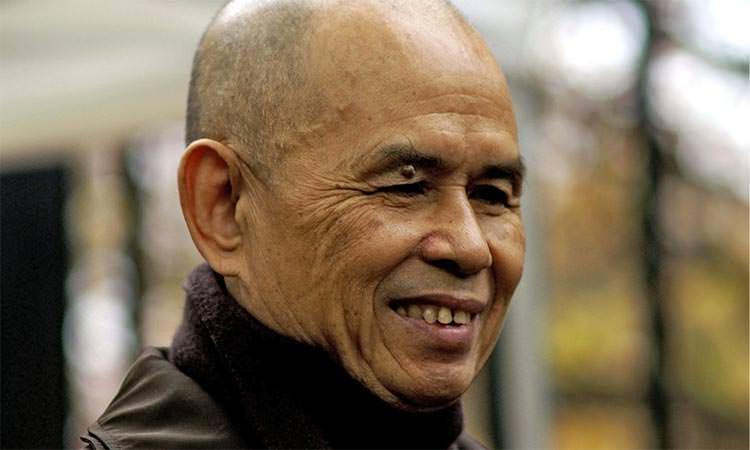 Thich Nhat Hanh est un moine bouddhiste vietnamien qui a fondé le Village des Pruniers en Dordogne.